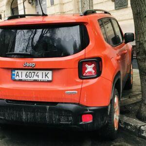 Позашляховики купують саме з метою паркуватися на бордюрі, а ви всі думали за для бездоріж