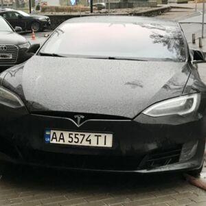 Така гарна автівка, але власник в неї жлобина, бо кидає ось так припарковану цю гарнюню.